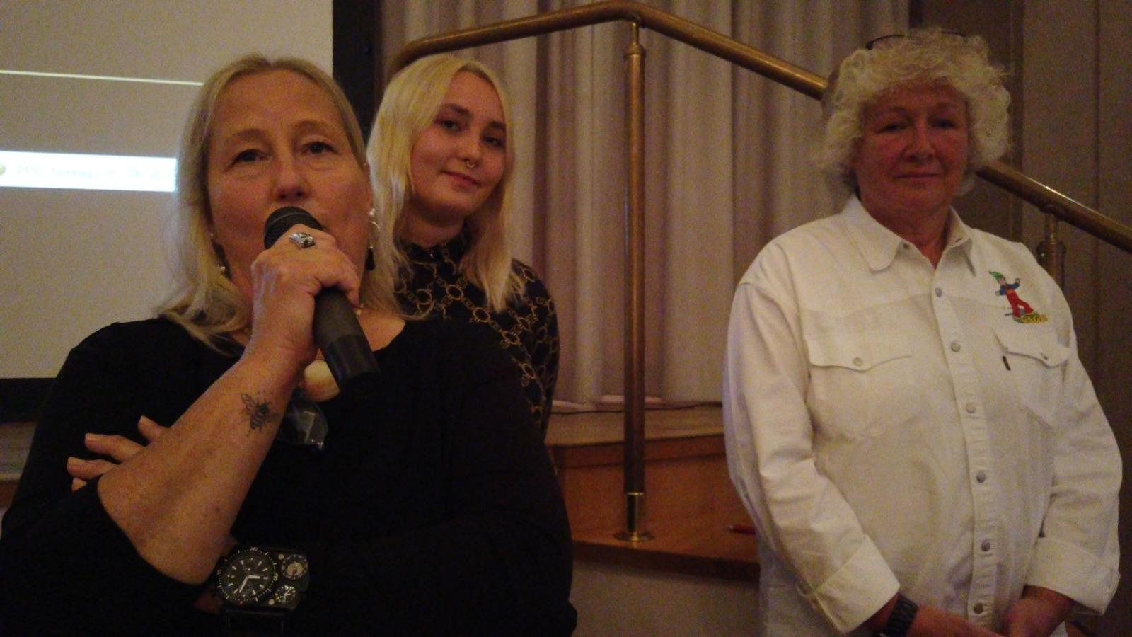 Tanne Brodel bei der Vorstellung ihres Films. Im Hintergrund ihre Tochter Shelly-Sue Brodel und Gudrun Gerwien